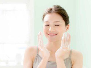 化粧水はコットンと手でつけるのどっちが正解?メリット・デメリットは?