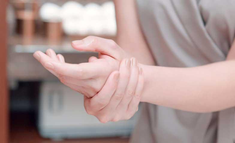 手の甲の毛穴が目立つ!原因と対策法は?